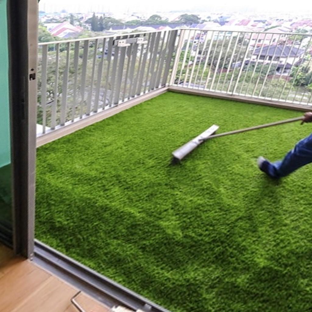 Colocando césped artificial en balcón