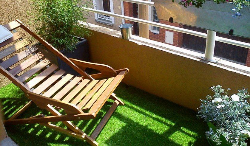 Césped artificial en suelo de balcón