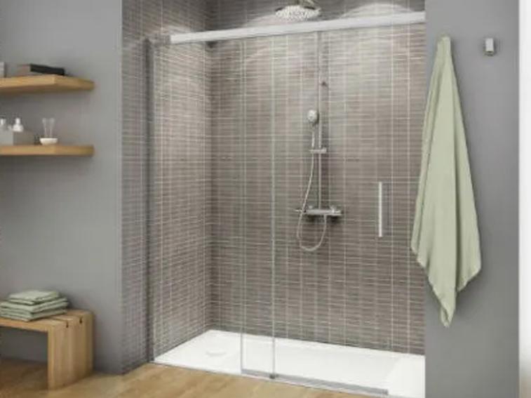 Mampara de ducha en baño pequeño